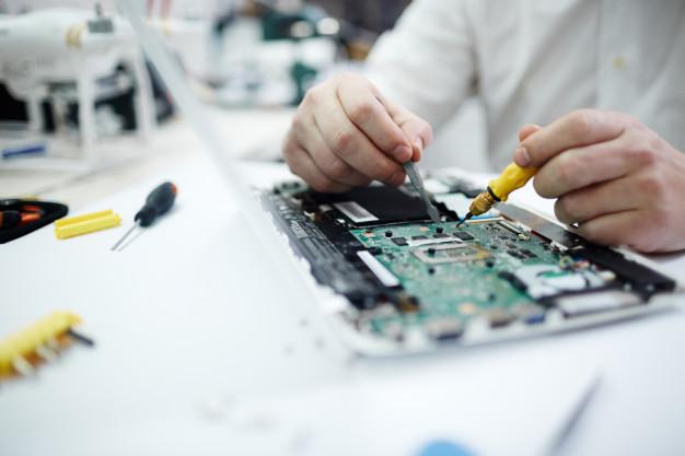 homme reparant circuit imprime dans ordinateur portable 1098 14844